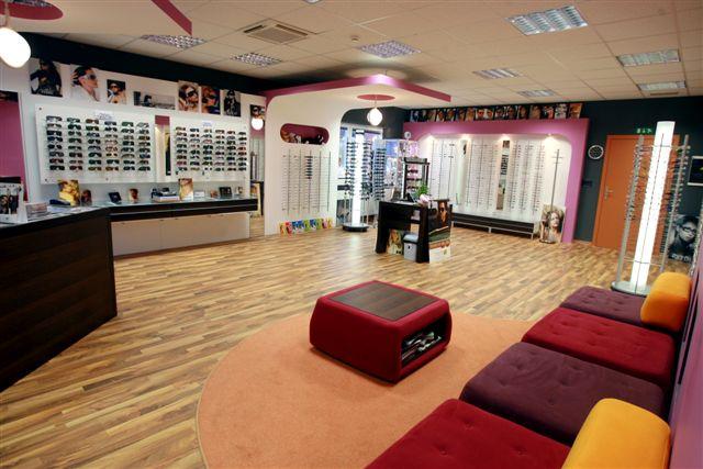 Izbira okvirjev za bralna očala v Centru očesne optike v Naklem pri Kranju